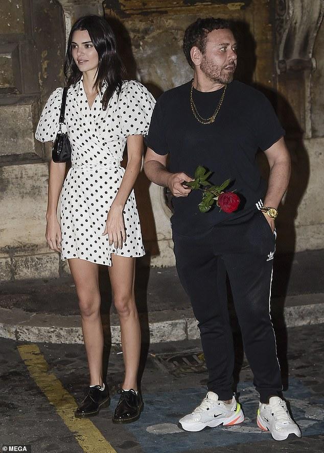 Gentleman: Après un dîner détendu dans la capitale italienne, Mert Kendall a présenté la belle rose rouge