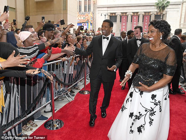 Here he comes! The fans could not hide their delight at seeing Denzel, who arrived with his wife Pauletta