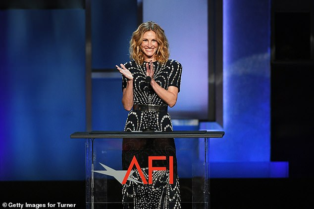 Round of applause! The actress clapped her hands behind the podium