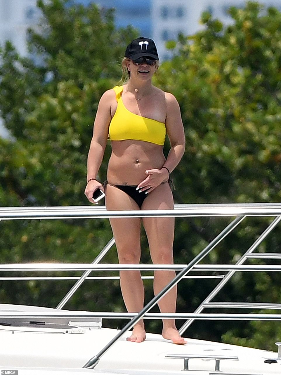 Britney Spears Forgets Her Troubles While Yachting With