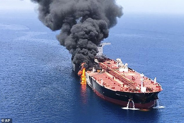 A tanker was photographed Thursday on fire in the Oman Sea, near the strategic strait of Ormuz, after an attack that left him burnt and adrift during the evacuation of sailors .