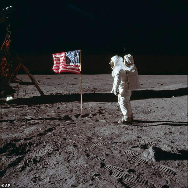 Kennedy made the first offer just 10 days after his 1961 speech Shot at the Moon in Congress. Khrushchev rejected the offer, which triggered the Space Race, which the USA. UU They won in 1969 when the mission of Apollo 11 landed on the Moon in 1969 (image)