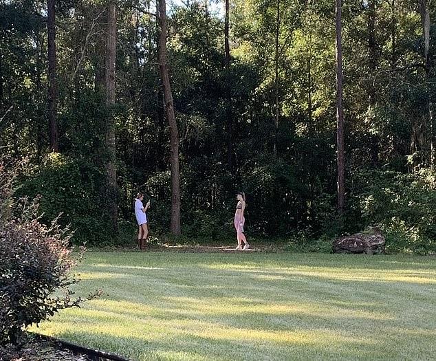 Realidad: en realidad, su hermana mayor señaló que la imagen de la 'ruta de senderismo' fue tomada en su patio por su hermana menor.
