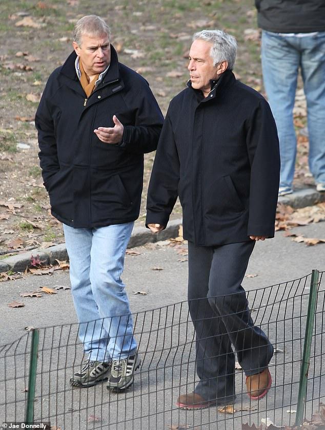 """Virginia Roberts, była """"niewolnica seksualna"""" Epsteina, która twierdzi, że została wypożyczona księciu Andrew, rzekomo w dokumencie wydanym niedawno przez amerykański sąd, że panna Maxwell również brała udział w sesjach seksualnych. Na zdjęciu książę Andrzej z Jeffreyem Epsteinem w Nowym Jorku"""