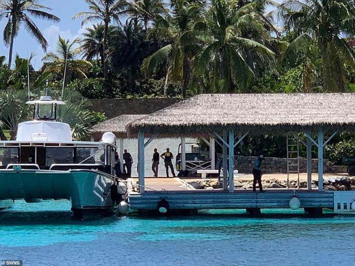 Mindestens ein Dutzend Agenten sahen, wie sie am Pier Schnellboote ausschifften und auf Golfwagen herumfuhren