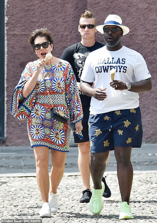 C'est le vrai amour: Kris Jenner, 63 ans, s'est livrée à une crème glacée lorsqu'elle est sortie dans une mini-robe colorée mardi avec Corey Gamble, 38 ans, à Portofino