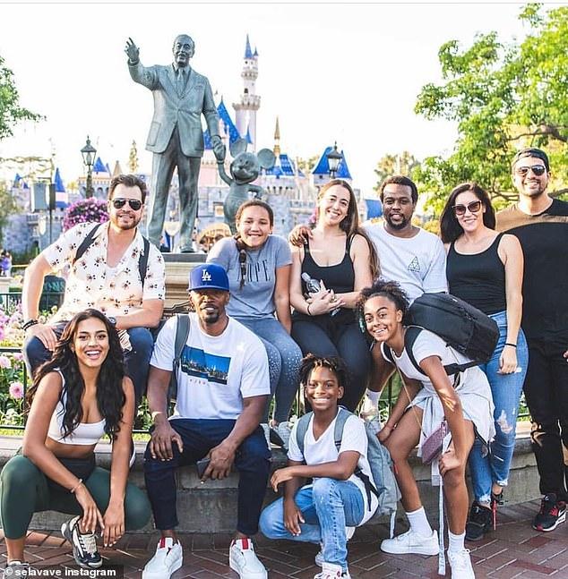 Como fam: También tomaron fotos juntos en Disneyland a fines de julio con familiares y amigos.