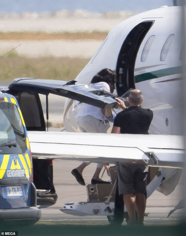 Meghan Markle is 'riding above' the private jet storm. royal sources claim | Daily Mail Online