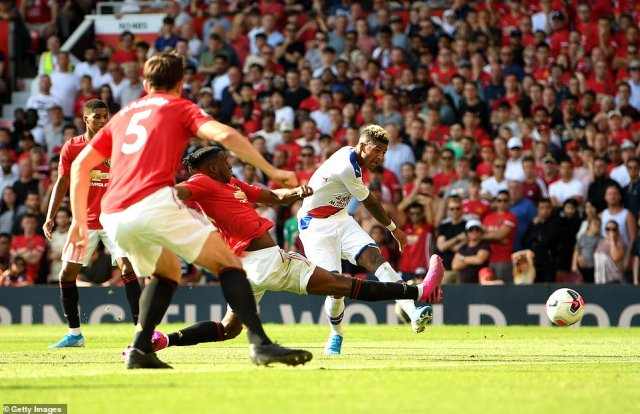 Patrick Van Aanholt scored a dramatic late winner as Crystal Palace won 2-1 away to Manchester United on Saturday