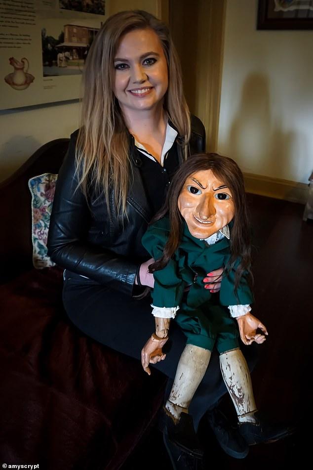 Amy (photo avec Letta) a dit que la chose la plus bizarre à propos de Letta était qu'elle bouge soi-même.  'Certaines personnes ont dit que Letta se déplaçait quand il était assis sur leurs genoux