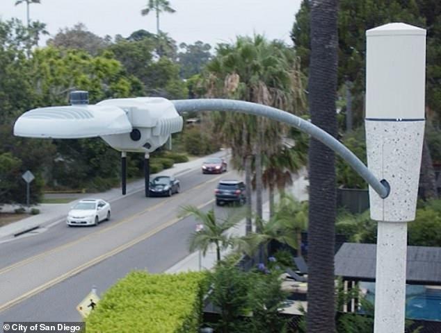 Κάποιοι κάτοικοι του Σαν Ντιέγκο της Καλιφόρνια απαιτούν την απομάκρυνση περίπου 4.000 «Smart Streetlights» που ισχυρίζονται ότι είναι εισβολή στην ιδιωτικότητα. Η πόλη εγκατέστησε τα φώτα για να μειώσει το κόστος και να βελτιώσει την ασφάλεια στην παράκτια πόλη