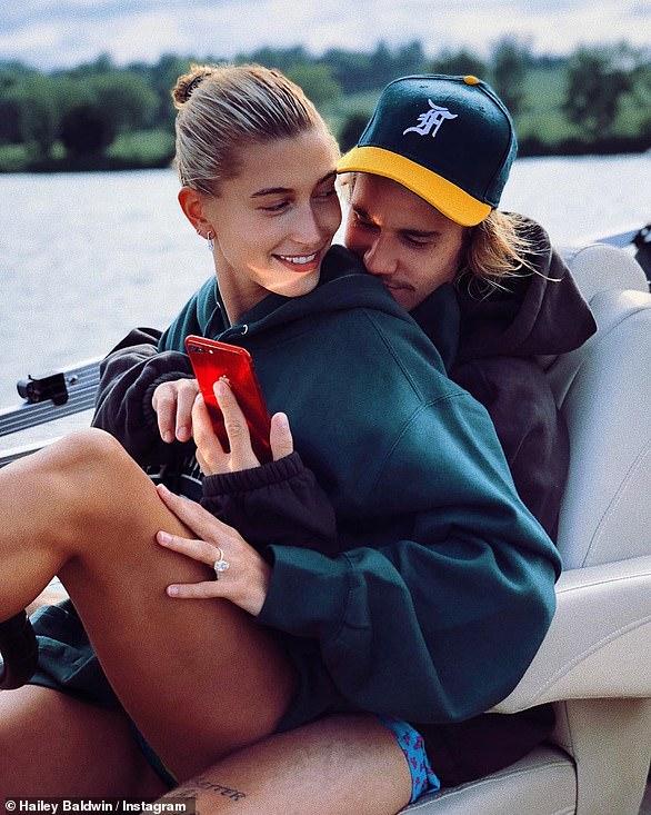 Bling bling: Baldwin a dévoilé sa grosse bague de fiançailles en câlinant Justin