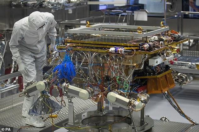 Le rover ExoMars de l'Agence spatiale européenne est sur le point de quitter Airbus à Stevenage. Le rover ExoMars 2020 Rosalind Franklin est le premier rover planétaire en Europe et cherchera des signes de la vie passée ou présente sur Mars.