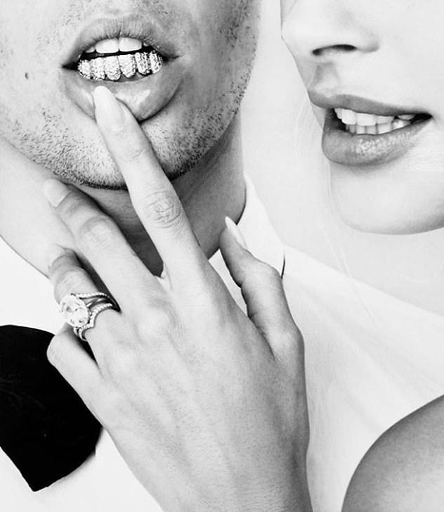 N'épargnant aucune dépense: dans le coup saisissant en noir et blanc, pris dans le photomaton, le couple a montré une somme estimée à 750 000 $