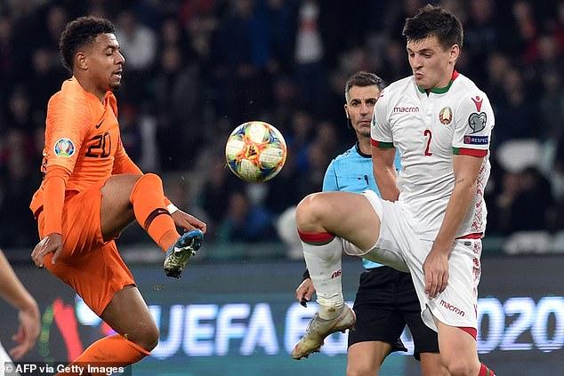 Holland forward Donyell Malen battles for the ball with Belarus midfielder Dragun