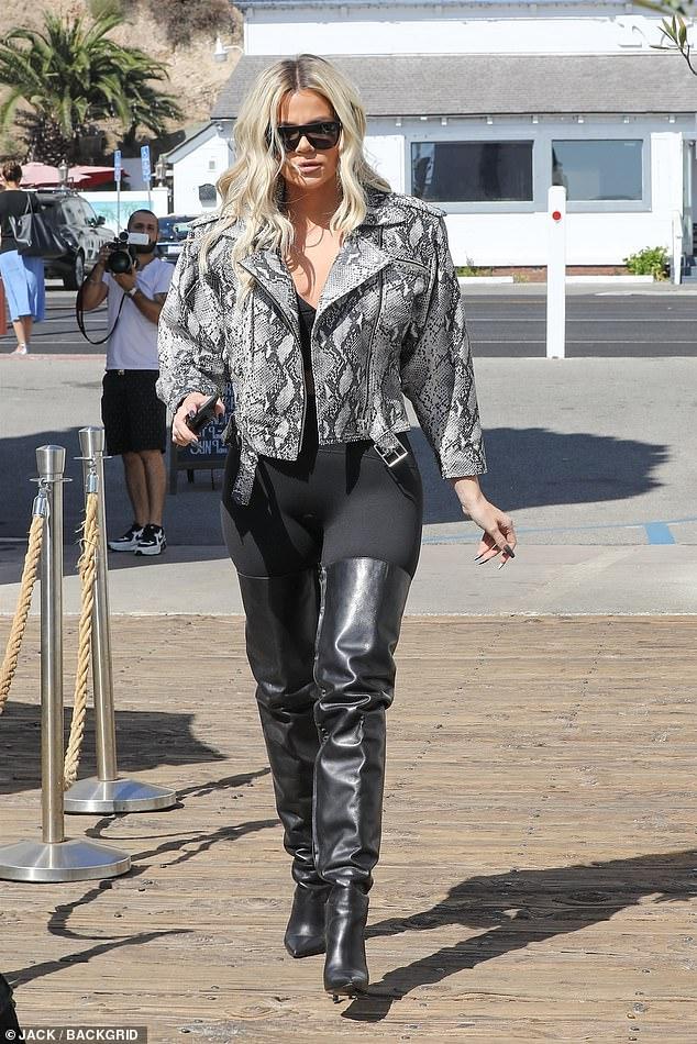 Ces bottes étaient vraiment faites pour marcher! Khloe Kardashian a travaillé à Malibu avec une paire de bottes très haute