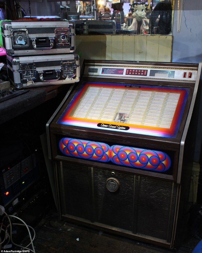 A 1970s jukebox with a selection of records including ones by Elvis, The Beatles, Billy Fury, Roy Orbison and Sonny & Cher sold for£380
