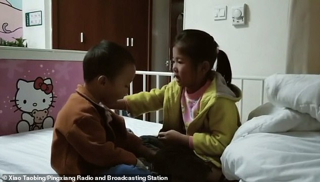 Chinese girl Xiao Qingfeng (right) promises her seriously ill brotherXiao Qingle that she will donate her bone marrow to save him after being told she was a match for her younger sibling