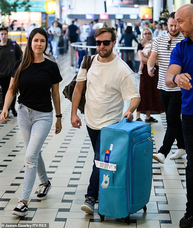 It's gone: the TV star was joined by his loved one, while he was dragging his stuff around the terminal in a huge blue suitcase