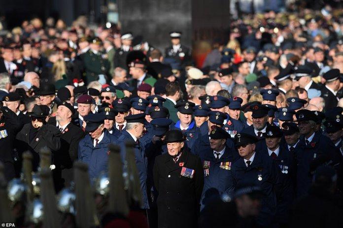 Signalgeber der Royal Marines werden den letzten Posten auslösen, bevor Mitglieder der königlichen Familie, Politiker, ausländische Vertreter und hochrangige Angehörige der Streitkräfte Kränze auf den Kenotaph legen. Kriegsveteranen und Militärangehörige sind oben abgebildet