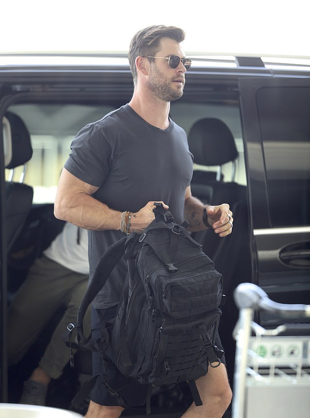 Quite simply: The Marvel Universe star, who is married to the Spanish actress Elsa Pataky, dressed casually for his journey in a black T-shirt and matching shorts