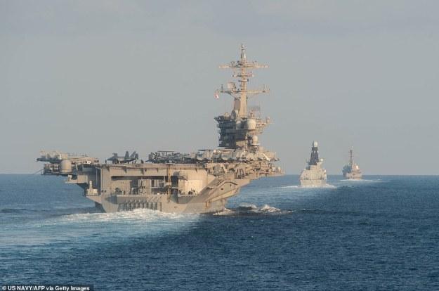 Irański urzędnik ujawnił, że zidentyfikowano co najmniej 35 celów amerykańskich do uderzeń odwetowych, w tym statków w Zatoce Perskiej i Cieśninie Hormuz.  Nz. Lotniskowiec USS Abraham Lincoln (L), niszczyciel obrony powietrznej HMS Defender i niszczyciel pocisków kierowanych USS Farragut w listopadzie przejeżdżają Cieśninę Hormuz