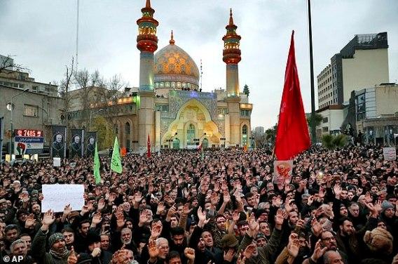 Protestujący demonstrują podczas amerykańskiego nalotu w Iraku, który zabił irańską straż rewolucyjną gen. Qassem Soleimani w Teheranie, Iran, w sobotę.  Czerwone flagi w tradycji szyickiej symbolizują niesprawiedliwie przelaną krew i służą jako wezwanie do pomszczenia zabitej osoby