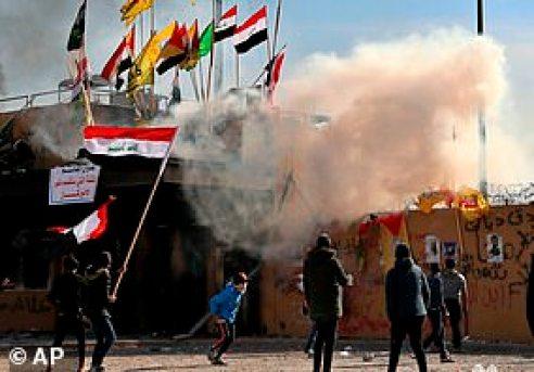 1 stycznia pro-irańscy protestujący zaatakowali ambasadę USA w Bagdadzie i rozpalili ognie na zewnątrz
