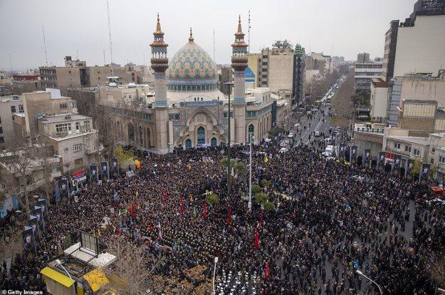 Irańczycy biorą udział w antyamerykańskim wiecu w sobotę w Teheranie w Iranie.  Soleimani, 62-letni zastępca dowódcy Gwardii Rewolucyjnej, zostanie pochowany w przyszłym tygodniu w swoim rodzinnym mieście Kerman w ramach trzech dni ceremonii Iranu