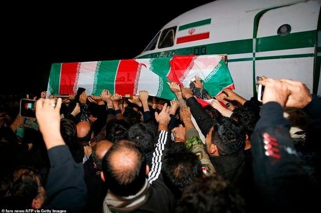 Po masowych marszach pogrzebowych w Iraku jego ciało poleciało do Ahvaz w Iranie.  Personel wojskowy niesie urnę Soleimani w Iranie.  Fala żałobników wypełniła ulice irańskiego miasta Ahvaz w niedzielę, aby złożyć hołd najwyższemu generałowi
