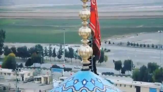 """Iran podniósł w sobotę krwawe """"flagi zemsty"""" nad minaretami w czczonym meczecie Jamkaran w świętym mieście Kom"""