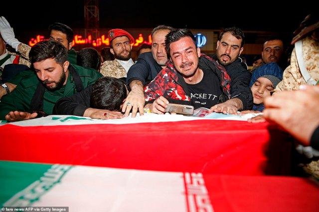 Irańscy żałobnicy stłoczyli się, by dotknąć trumny i wyrazić żal po śmierci potężnego generała