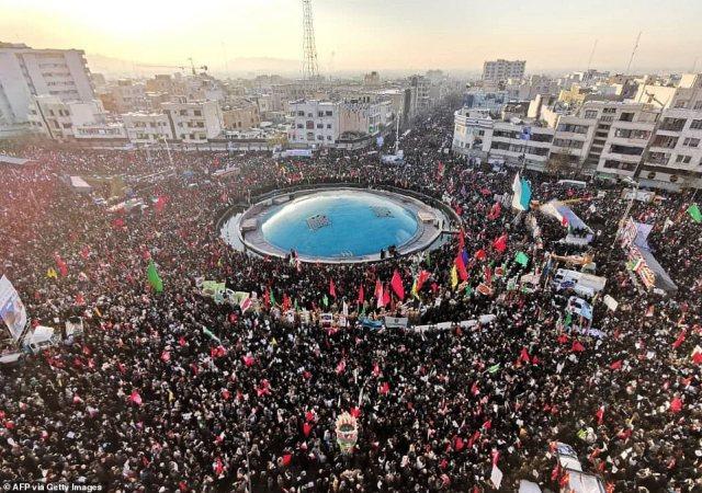 Żałobnicy zbierają się dziś w Teheranie, aby złożyć hołd czołowemu irańskiemu dowódcy wojskowemu Qasem Soleimaniemu, po tym jak zginął w strajku USA w Bagdadzie na rozkaz Donalda Trumpa