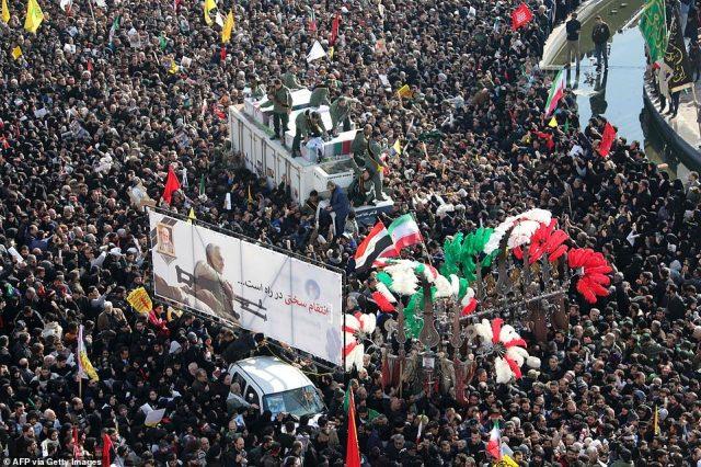 Tysiące żałobników stoją dziś na ulicach Teheranu na procesję pogrzebową, a ludzie machają flagami Iranu i Iraku
