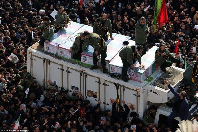 Irańscy rewolucyjni strażnicy otaczają trumny zabitego irańskiego dowódcy wojskowego Qasem Soleimaniego, irackiego szefa paramilitarnego Abu Mahdiego al-Muhandisa i innych, którzy zginęli w piątkowy strajk na dronach