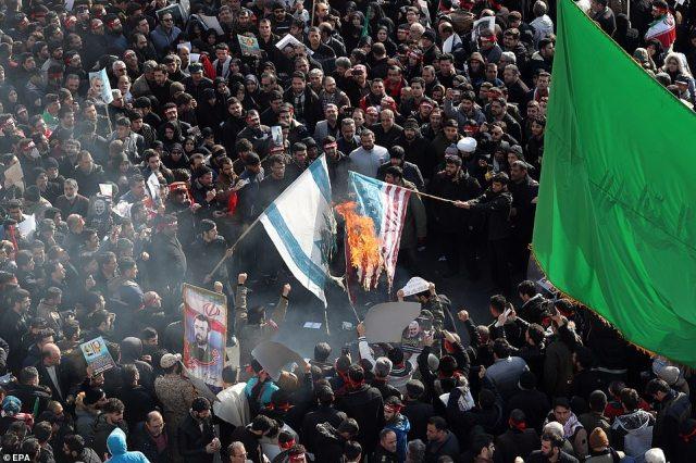 Irańczycy palą dziś flagi USA i Izraela podczas ceremonii pogrzebowej w Teheranie, trzy dni po śmierci dowódcy wojskowego