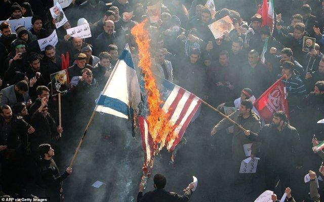 Irańczycy podpalili dziś amerykańską i izraelską flagę podczas procesji pogrzebowej w Teheranie