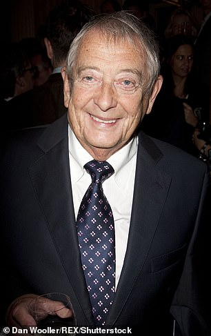 Yes, Minister Derek Fowlds' star died at the age of 82, his family said.