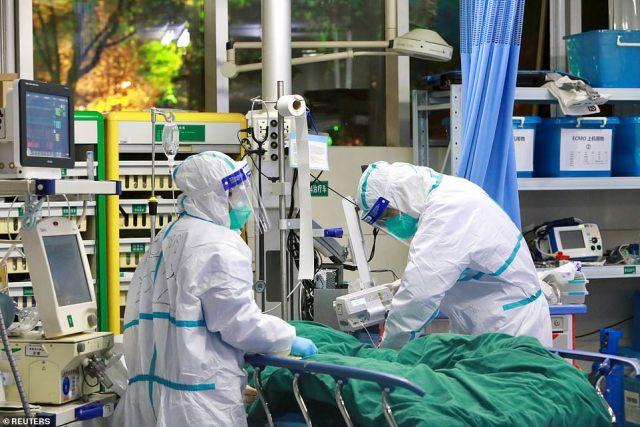 60-letnia żona udała się do Wuhan - skąd pochodzi wirus - pod koniec grudnia, aby zająć się jej starszym ojcem.  Nz. Personel medyczny w kombinezonach ochronnych leczy pacjenta z koronawirusem w szpitalu Zhongnan w Wuhan, 28 stycznia