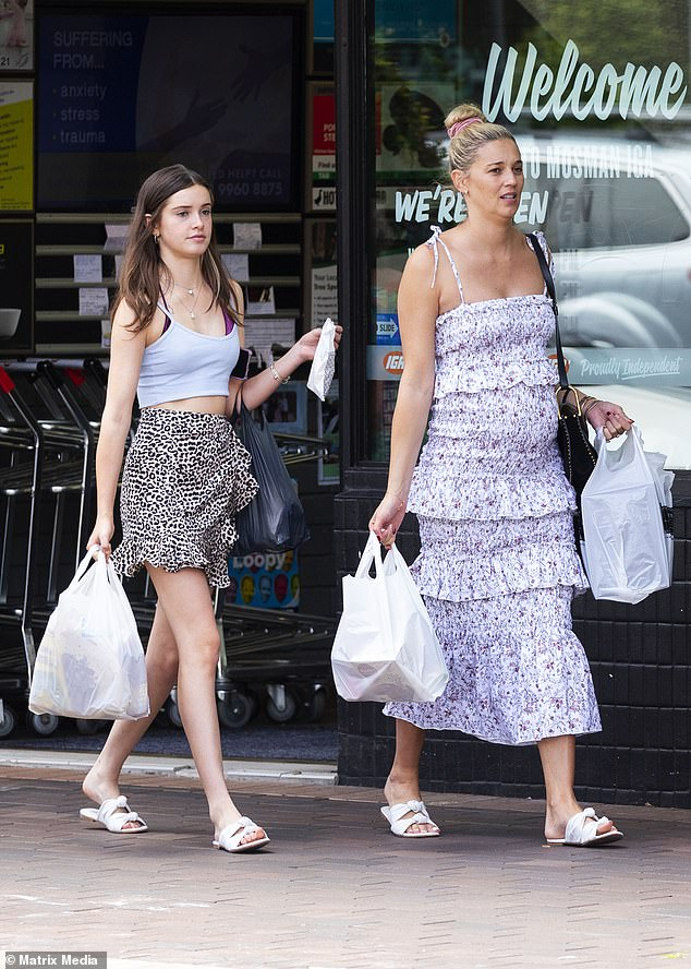 Дорого: она стилизовала летний ансамбль с белыми кожаными босоножками на ремне от ее бренда роскошной обуви стоимостью 175 долларов. Ава носила такую же пару
