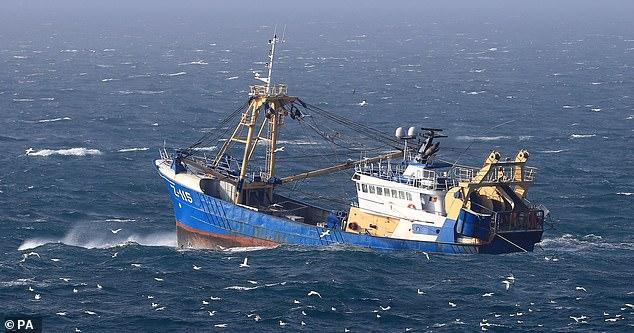 Брюссель также делает помехи по поводу прекращения доступа Лондонского Сити к европейским финансовым рынкам с уведомлением всего за месяц. О, и они требуют, чтобы иностранные рыбацкие лодки продолжали пользоваться неограниченным доступом к британским водам. На Английском канале видна рыбацкая лодка