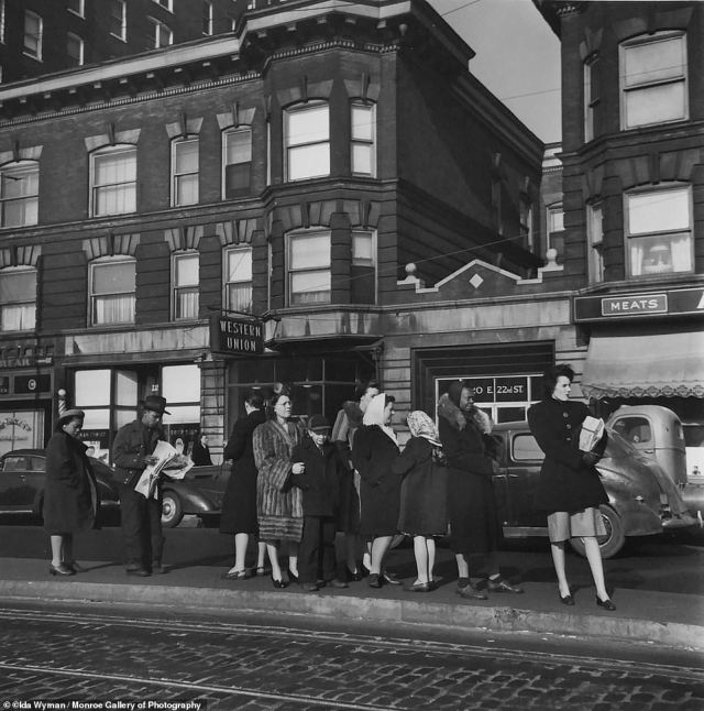 Waiting for the Trolley, Chicago, 1946. 'Ida loved people and was a master at striking up a conversation with a stranger at a bus stop, a store clerk or someone else that struck her as interesting. Her genuine warmth was experienced by everyone that she met,' said her granddaughter, Heather Garrison to Huck Magazine.