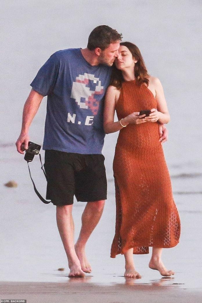 Los dos no pudieron mirar más de cerca mientras disfrutaban de un paseo descalzo por la arena el martes