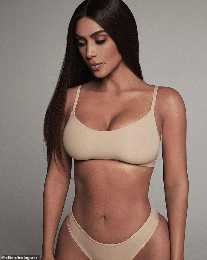 Skimpy: La semana pasada, Kim compartió varias imágenes para promover el reabastecimiento de su colección FIM Everybody SKIMS que tiene tamaños que van desde XS hasta 4X