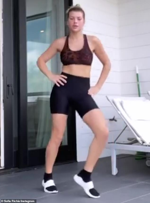 Sofia Richie Workout : sofia, richie, workout, Sofia, Richie, Flaunts, Midriff, Sporty, Works, Sweat, During, Self-quarantine, Daily, Online