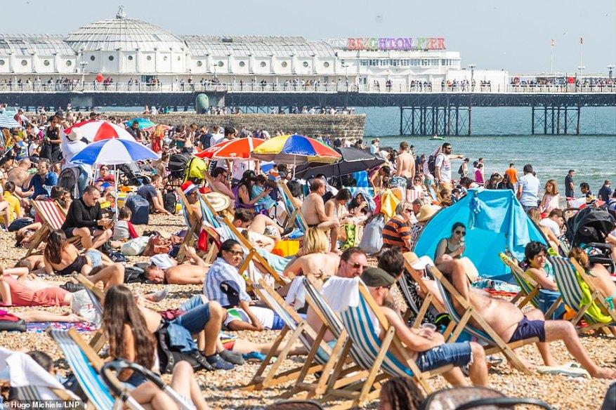 El 4 de abril de 2019 apenas había sitio para estar de pie en las playas de Brighton y Hove, cuando el sol atrajo a los bañistas.