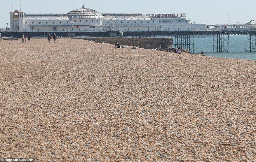 El mismo lugar exacto fue abandonado en gran medida hoy, ya que el público británico presta atención al consejo del gobierno de quedarse en casa