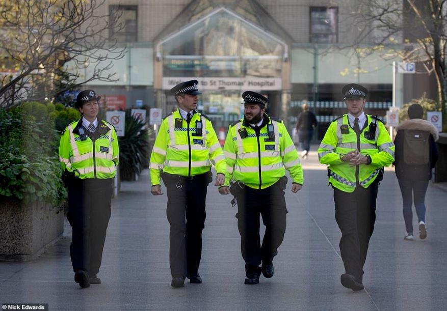 La policía (que se muestra hoy en el centro de Londres) ha sido acusada de ser demasiado entusiasta en su enfoque, ya que amenazaron con bloquear las carreteras para asar a los automovilistas por qué no estaban en casa, lo que provocó que #policestateUK tuviera tendencia en Twitter.