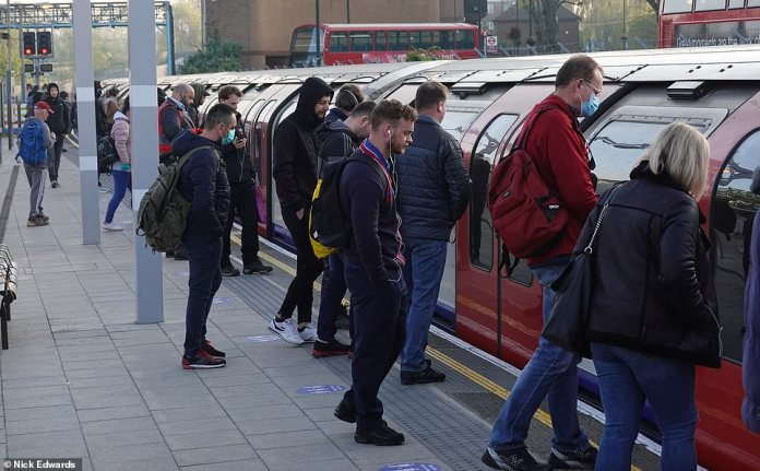 In Leytonstone, people were seen riding the subway with masks this morning as they faced another crowded train. Many are still unable to secure seats on packed cars