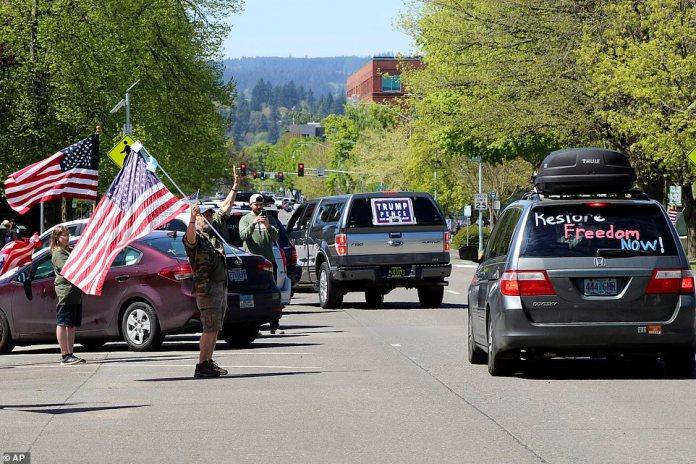 Vendredi, plusieurs manifestants ont brandi des drapeaux américains et brandi des bannières en faveur de Trump lors de la manifestation à Salem.
